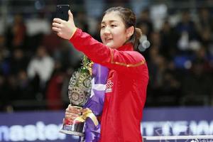 陈梦卫冕总决赛女单冠军 捧杯自拍