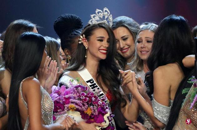 24岁的菲律宾小姐卡托丽娜?格雷夺得2018年环球小姐的桂冠。(联合早报)