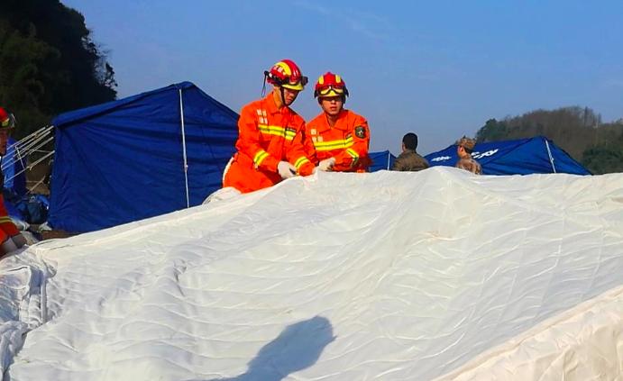 四川宜宾地震点:正更换冬季帐篷受灾群众不挨冻