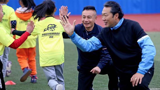 宫磊傅博崇左参加亲子足球课 盼孩子们享受快乐