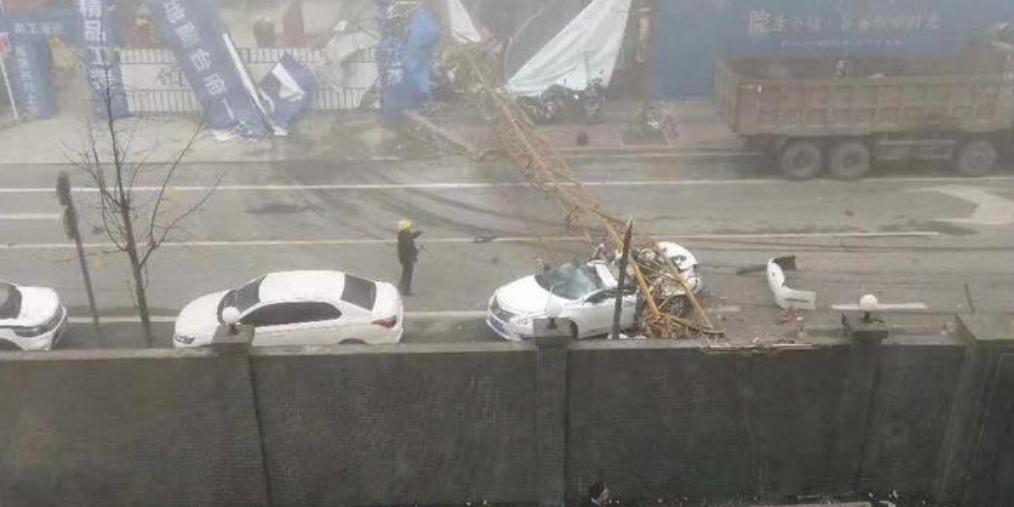 四川雅安一工地塔吊倒塌致2人受伤,1辆小汽车被砸坏
