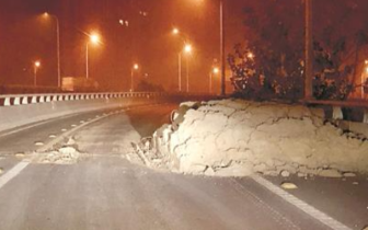 白沙洲大桥匝道夜里冒出一堆渣土