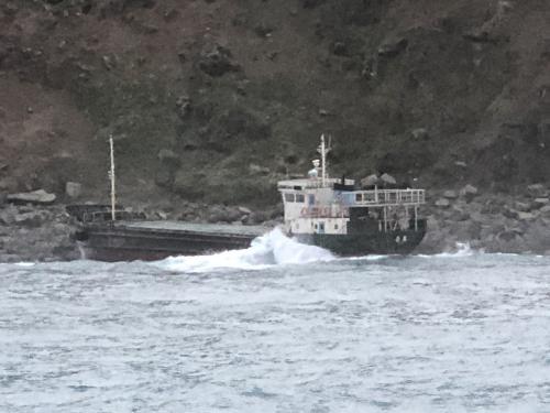 台湾一杂货轮船搁浅 船上7人吊挂直升机获救
