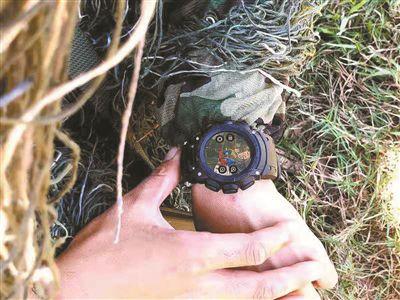解放军首款单兵智能腕表亮相 可召唤火力掩护