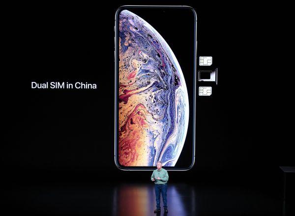 苹果公司全球市场营销高级副总裁菲利普·席勒介绍新推出的双卡功能。