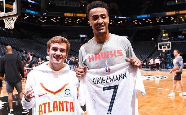 格里兹曼造访布鲁克林 与篮网球员切磋篮球