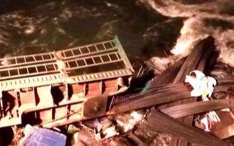 货车侧翻坠河夫妻被困 民警消防泡在零下7度的水