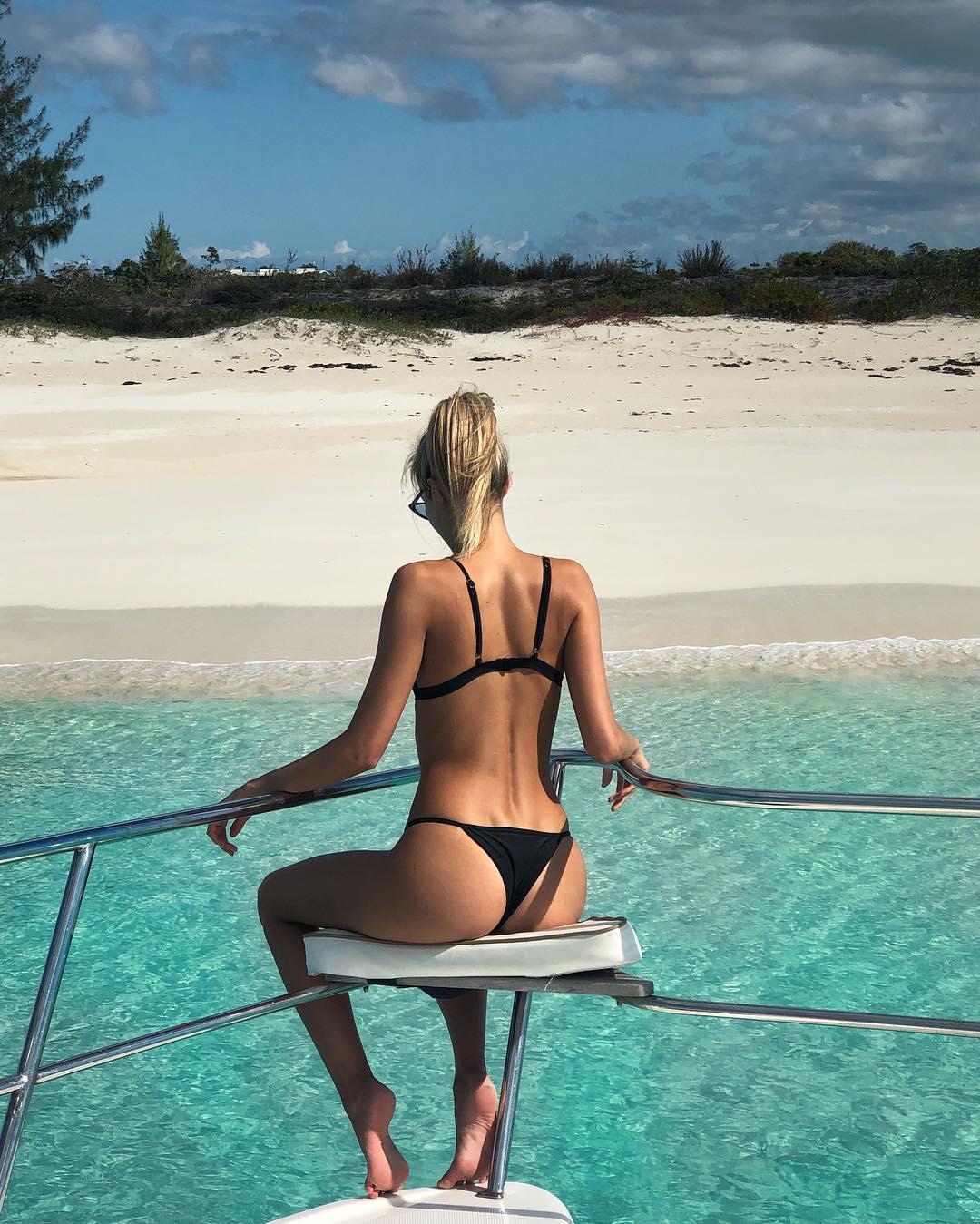 鲁能神锋女友海边秀酥腰翘臀 下面一汪春水太美了
