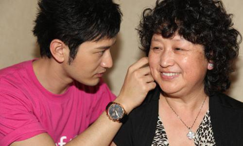 黄晓明与母亲从霍尔果斯撤离 卸任影视公司股东