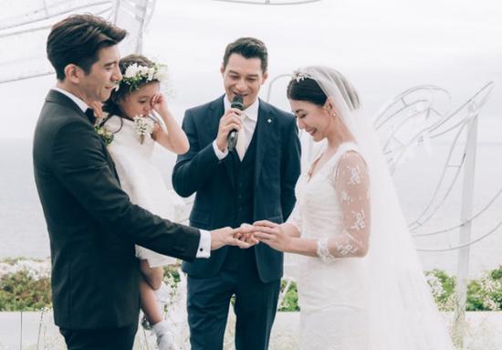 网易娱乐12月19日报道 据台湾媒体报道,修杰楷24天前才在峇里岛补办婚礼,女儿咘咘当花童却崩溃哭,他19日出席活动,透露真实原因:咘咘不想要看到我们两个感动,可能因为我们讲誓词时是有落泪,她觉得看了很难过,然后就跟着哭了。 修杰楷实现迟到3年的婚礼,可爱女儿咘咘更担任花童,但在婚礼仪式时就大哭,他坦言,自己也摸不着头绪,咘咘究为何如此崩溃,后来才知道咘咘所想的原因,他也老实说,咘咘也不爱爸妈亲亲,看到父母亲密一点会吃醋。 不过咘咘虽然在婚宴上哭到让人心疼,但这次出游也十分开心,尤其是房内有游