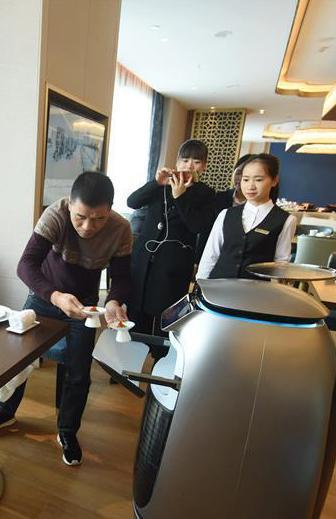 探访杭州未来酒店 智能机器人送餐