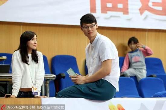 性格开朗的王哲林是记者非常喜欢的采访对象