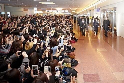 在日本东京羽田机场疯狂拍照的粉丝大军