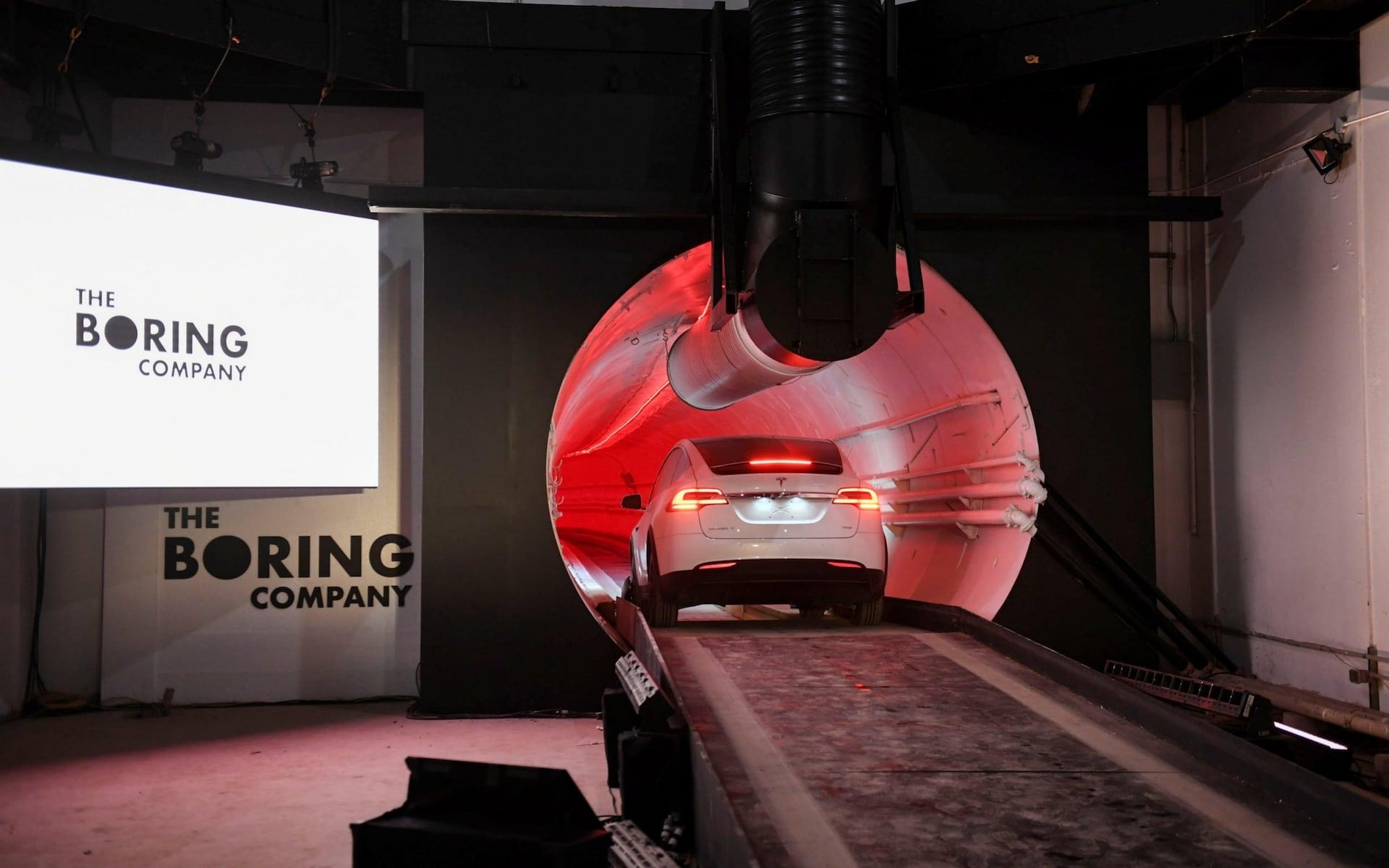 马斯克展示地下高速:驾驶 Model.  X穿梭