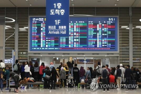 韩国仁川机场焦急等待偶像的粉丝大军