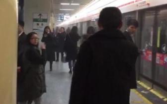突发!成都地铁市二医院站烧焦味弥漫 目前已恢复正常