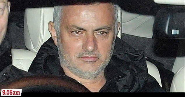穆帅在曼联最后的3个半小时:送厨师红酒 剃须露笑容