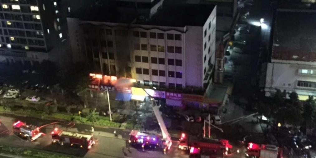 东莞南城一住宅楼深夜突发大火,18人被困!