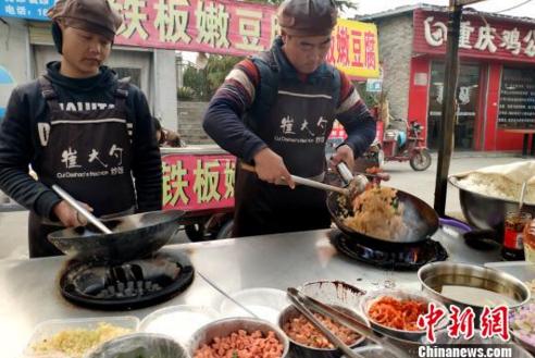 90后|90后小伙弃高薪工作 为照顾母亲回乡卖炒饭
