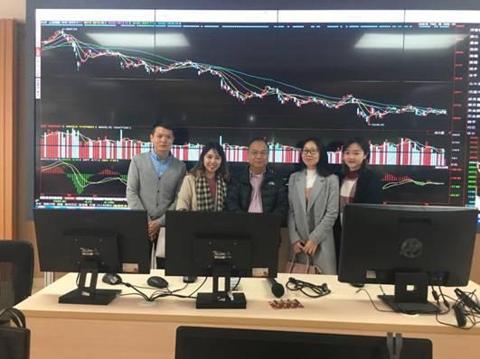 带领胡永泰教授参观金融衍生品实验室