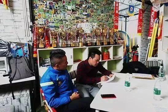 中国式体育课1V50看傻顶级外教 填鸭式教育让孩子失去创造力
