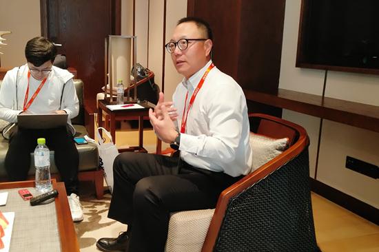 萧泓博士(右)与媒体交流心得