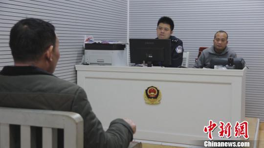 民警审讯刘某潘宏任摄