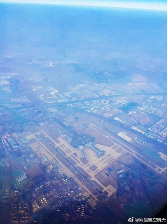 资料图:天津机场 2018年12月22日,天津机场年旅客吞吐量突破2300万人次,再次创下历史新高,全年旅客吞吐量预计将突破2350万人次。 今年以来,天津机场已有3个月单月旅客吞吐量突破200万人次,特别是8月,机场单月旅客吞吐量达到215万人次,创造历史单月新高,也实现了新开至温哥华、悉尼远程洲际航线的目标,其中温哥华航线为天津机场历史上首条直达北美的洲际远程客运航线,天津直航北美地区客运航线实现零的突破。新开天津至印尼巴厘岛、美娜多,恢复天津至柬埔寨暹粒、西哈努克港,马来西亚吉隆坡、沙巴,加密天津