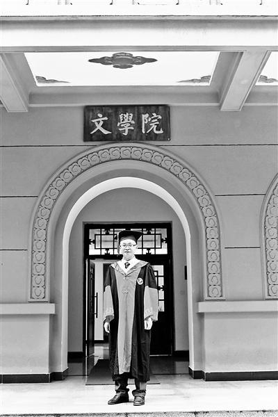 """原标题:励志""""勇哥"""":从保安到高校讲师  李明勇获得博士学位李明勇获得博士学位"""