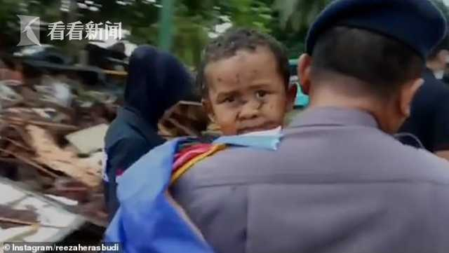 印尼男孩海啸后被埋12小时 人们听到哭声将其救出