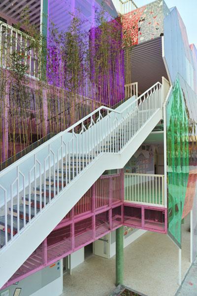 """杭州淳安县富文乡的青山翠谷间,一座色彩斑斓的""""童话城堡""""格外引人注目,这是经过改造重建的富文乡中心小学。视觉中国供图"""
