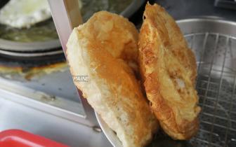 用吸管吸葱油饼半熟蛋黄 膨脆饼皮Q嫩不油腻