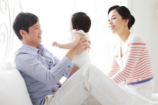 共同承担育儿责任 韩国休育儿假男性公务员大增