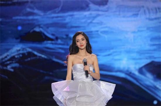 Angelababy李易峰参加央视元旦晚会彩排 演绎经典歌曲