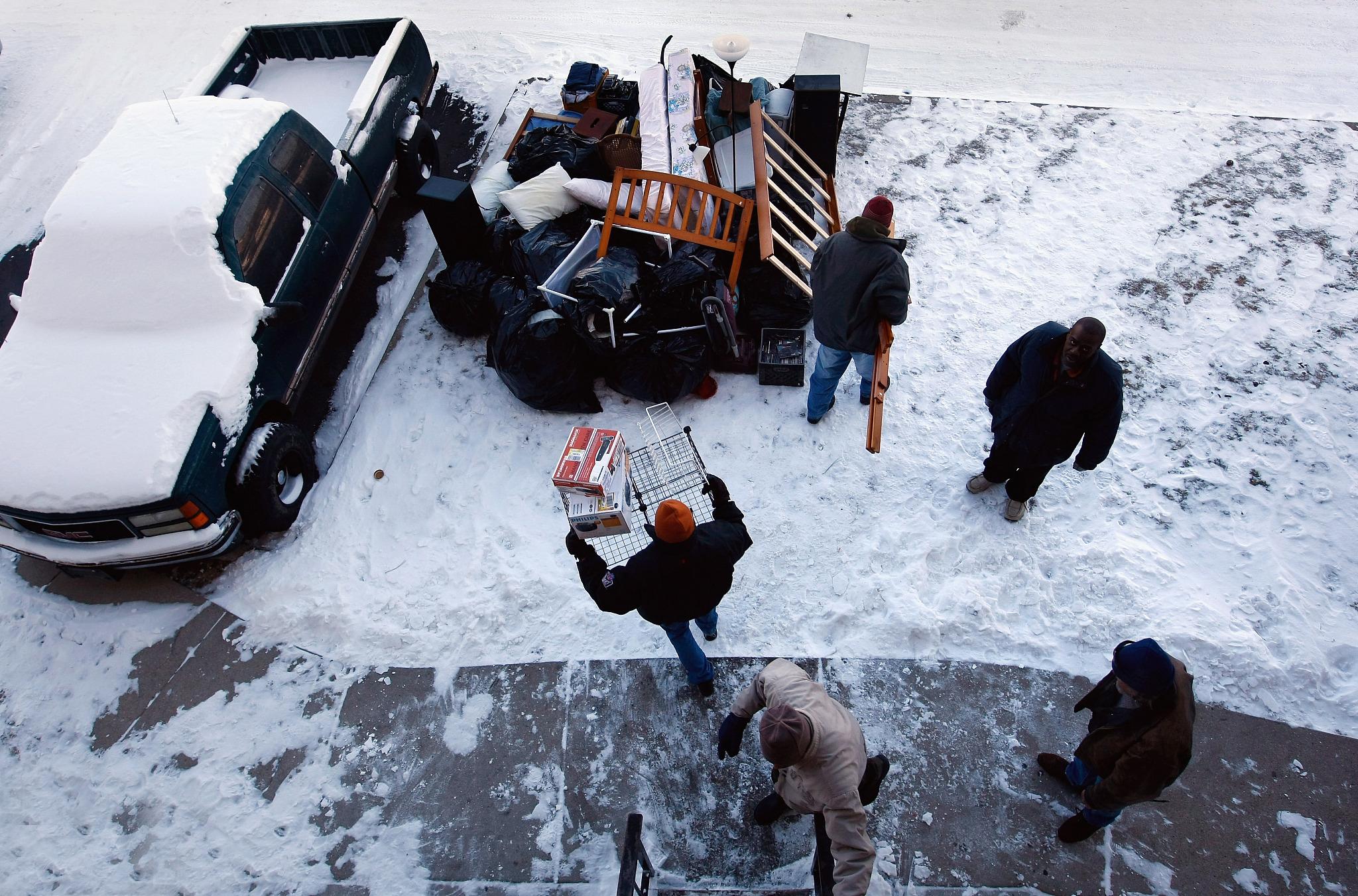 2009年12月9日,科罗拉多的一名失业教师因交不起房租在大雪天被驱逐。(图/VCG)