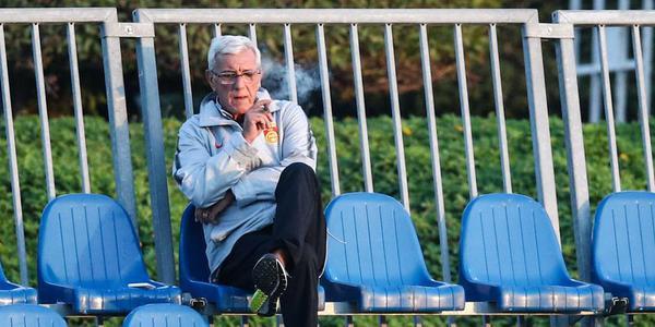 国足失利后首训 里皮坐场边抽闷烟
