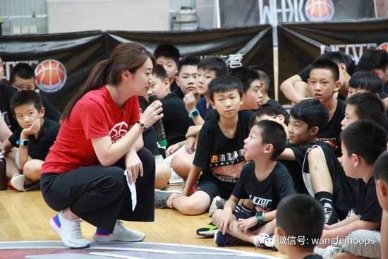 王亚倩与小球员交流