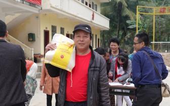 琼中县新闻信息中心帮扶工作队走访慰问金屏村委会贫困户家庭