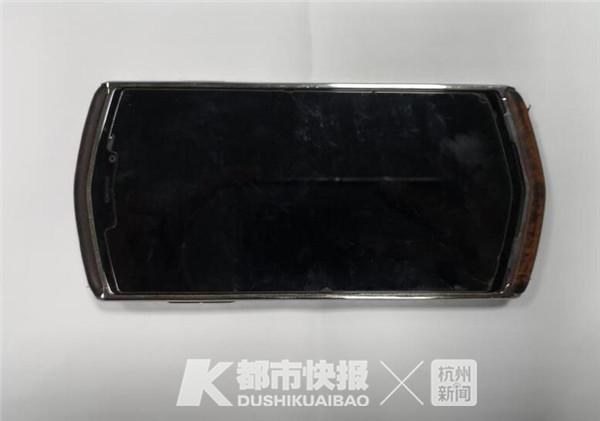 小偷不识货把8848当杂牌机:不是iPhone不值钱