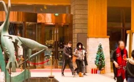 刘强东事件无影响?滑雪过圣诞节后章泽天又深夜k歌