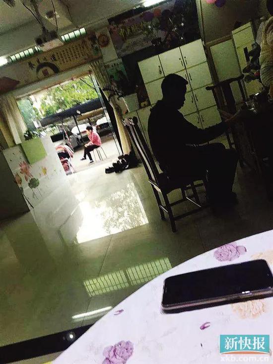 ■工作人员给记者演示产品时,有来做理疗的会员在等候。