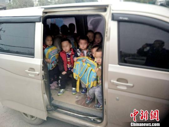 广西幼儿园负责人驾驶7座车送28名幼儿回家被查。 李宗亮 摄