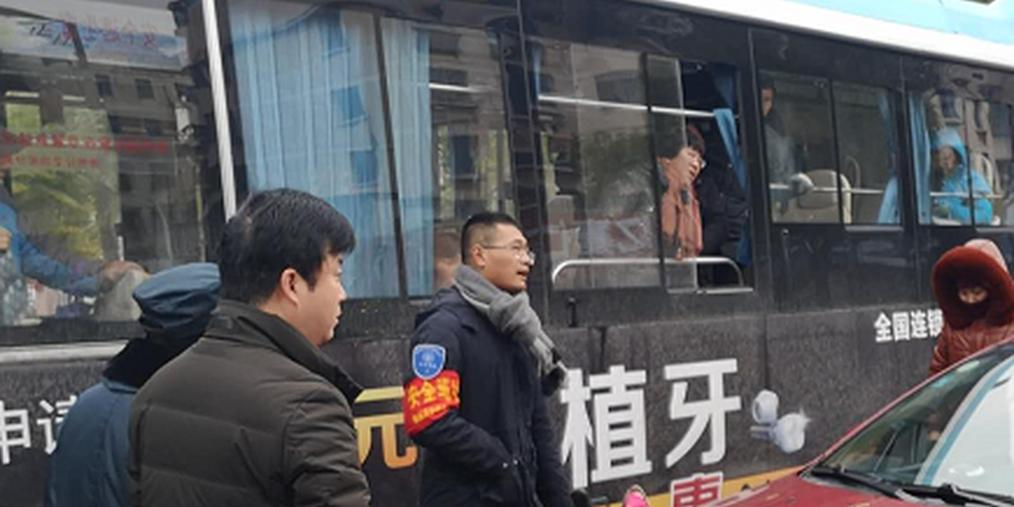 公交车直行轿车与电动车碰撞 三方争执