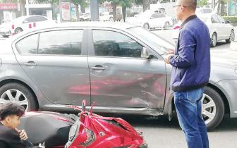 摩托车与小轿车惊心一撞,幸无人员伤亡