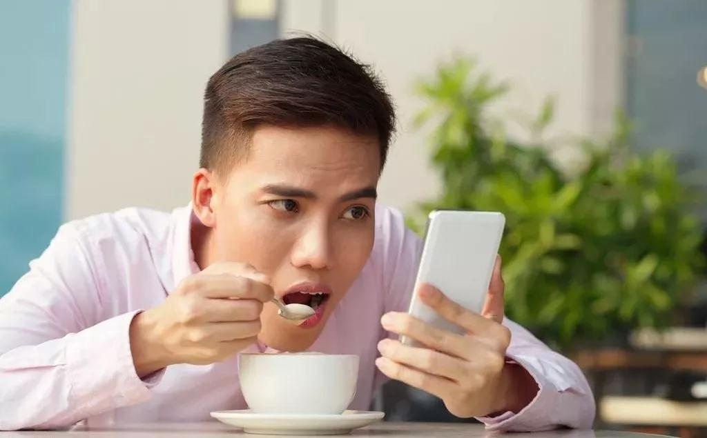 双语阅读:为什么你明明不饿 却总想吃东西?