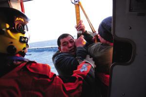 运砂船进水翻沉 直升机冰海中救出12人