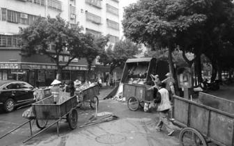 大白天在闹市中转运垃圾,遂溪县群众表示不满
