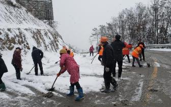 暴雪致广元曾家山冰雪节延期,多条道路严重积雪
