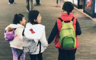 刘畊宏带孩子外出旅行 宇恩泡芙牵手姗姗背影温馨