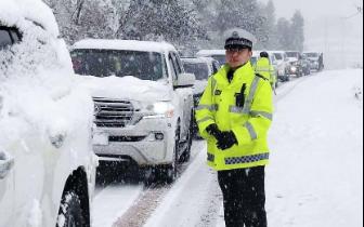 凉山大雪致多条道路管制,婚车通行受阻交警帮挂防滑链